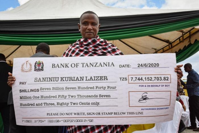 Лайзер с чеком от правительства после продажи первых двух танзанитов