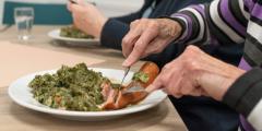 Чтобы накормить голодных, 58-летний мужчина даже покупает продукты в кредит. 11000 человек так ему благодарны