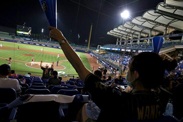 Фанаты в масках болеют за любимую команду во время игры Тайваньской профессиональной бейсбольной лиги (CPBL) на бейсбольном стадионе Синьчжуан, Синьбэй, Тайвань, 8 мая 2020 года