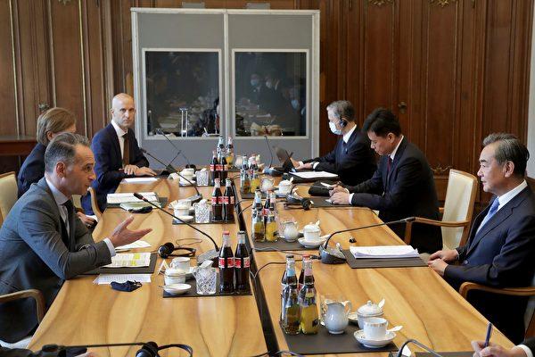 Страны ЕС поддержали чешского сенатора после угроз китайского политика