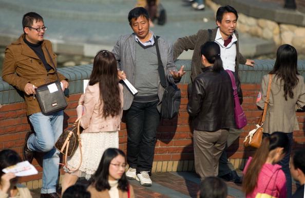 Одинокие мужчины и женщины в Шанхае собираются вместе для общения