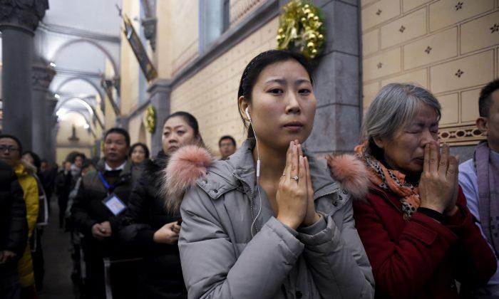 Китайские христиане посещают мессу в канун Рождества в католической церкви в Пекине