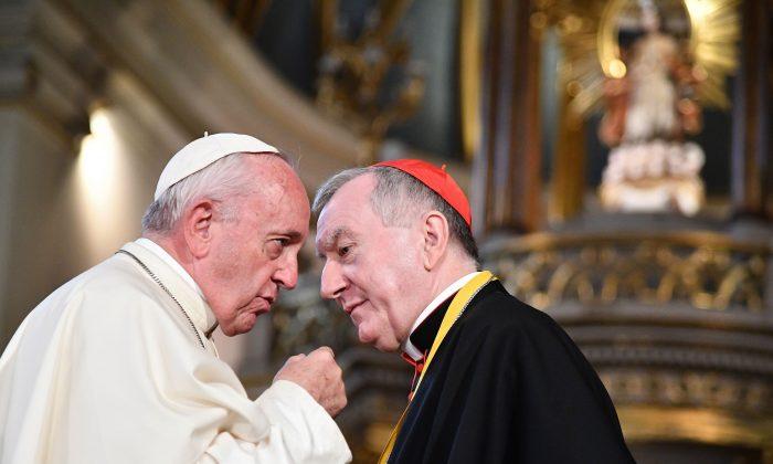 Папа Франциск беседует с госсекретарём Ватикана кардиналом Пьетро Паролином