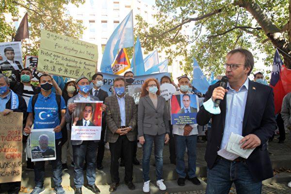 Кай Мюллер, исполнительный директор Международной кампании в поддержку Тибета, на митинге, Берлин, 1 сентября 2020 года