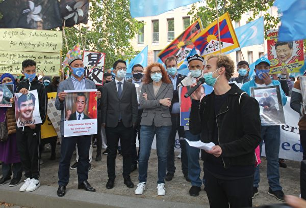 Миша Ушаков, член молодежного еврейского союза Германии, на митинге перед зданием министерства иностранных дел в Берлине, 1 сентября 2020 года