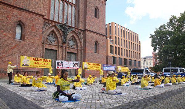 Практикующие Фалуньгун протестуют перед зданием министерства иностранных дел в Берлине, 1 сентября 2020 года
