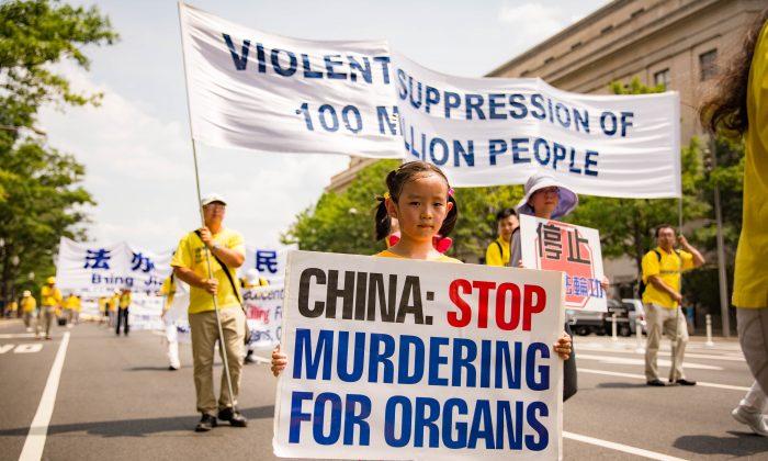 Молодая практикующая Фалуньгун участвует в шествии против кампании преследования духовной практики в Китае