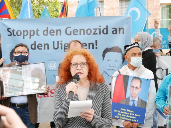 Маргарет Баузе, депутат бундестага от партии «Зелёных», выступает на митинге у здания министерства иностранных дел, Берлин, 1 сентября 2020 года