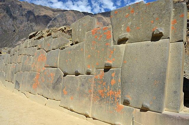 полигональная кладка в Ольянтайтамбо, Перу