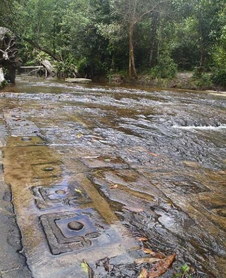 Река тысячи лингамов Кбаль Спиен в Ангкоре