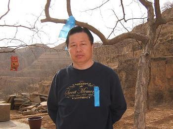 Гао Чжишэн в доме своего детства до его ареста и пыток, 2007 год