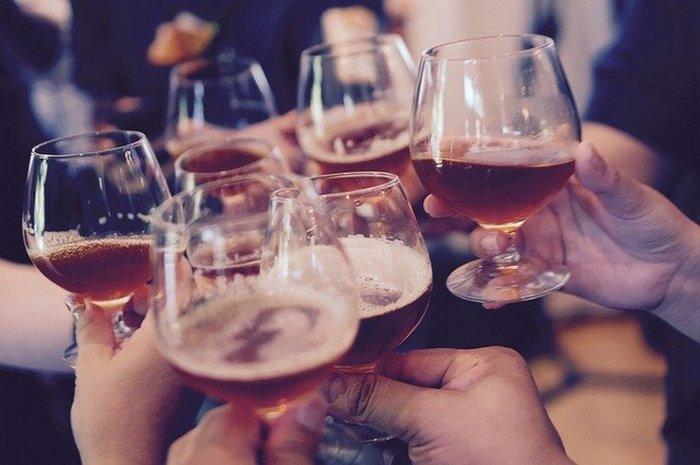 То, как вы держите чашку или бокал, говорит о вас гораздо больше, чем вы думаете