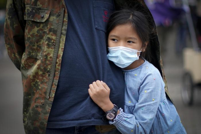 Девочка присоединилась к протестующим в парке Сады Пиккадилли, в поддержку гонконгским демократическим активистам, Манчестер, Англия