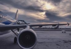 (Видео) Пассажирке самолёта стало жарко, и она вышла на крыло. Прогуляться