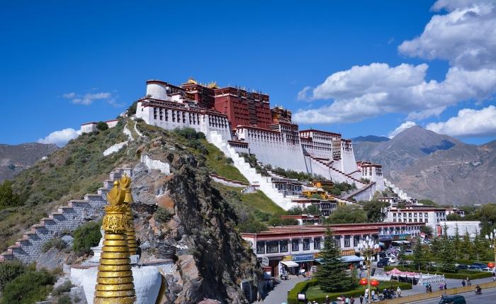 Китай отправляет тибетцев работать в трудовые лагеря военного типа, что напоминает преследование уйгуров в Синьцзяне