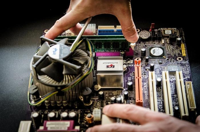 Иркутчанин ремонтирует старые компьютеры и дарит нуждающимся семьям. Теперь дети могут учиться онлайн
