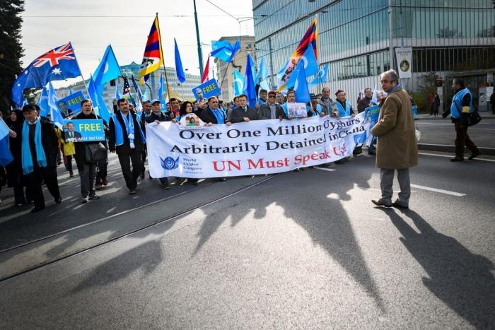 Уйгуры и тибетцы проводят демонстрацию против действий властей Китая перед зданием ООН