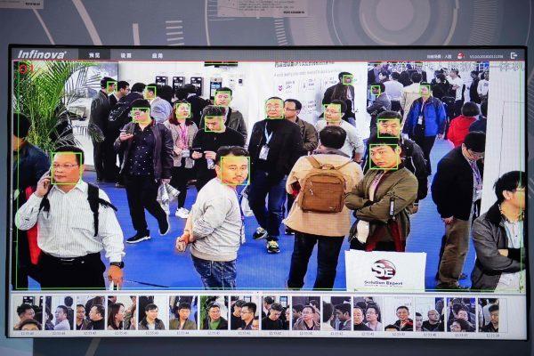 Посетителей снимают камеры с распознаванием лиц на выставке в Пекине