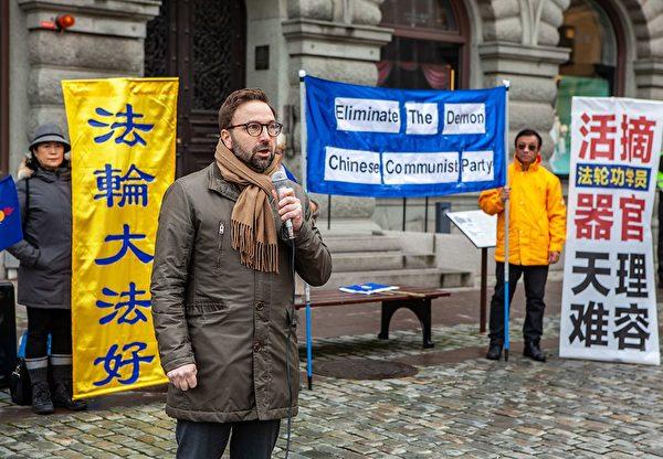 Фредрик Мальм, член парламента от «Либералов», на митинге