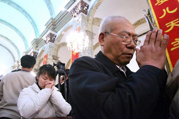 Китайские католики молятся во время рождественской мессы в соборе Пекина