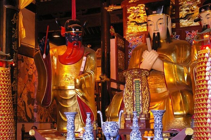 Один из алтарей бога-покровителя города в Шанхае