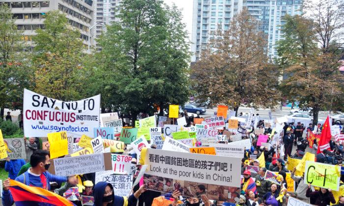 Противники Института Конфуция митингуют перед школьным советом округа Торонто