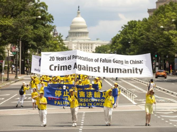 Практикующие Фалуньгун проходят маршем от Капитолия США к памятнику Вашингтону