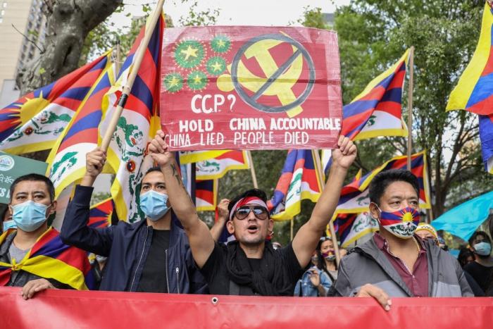 Акция протеста против правления коммунистической партии Китая перед штаб-квартирой ООН в Нью-Йорке