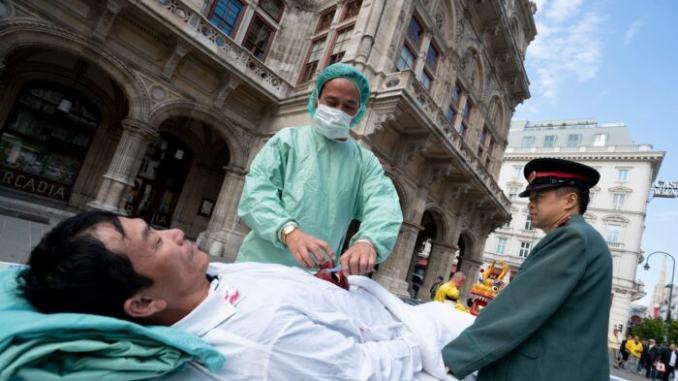 Практикующие Фалуньгун демонстрируют насильственное извлечение органов у узников совести китайским режимом на акции протеста в Вене