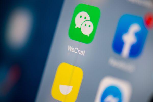 Логотип WeChat на экране планшета