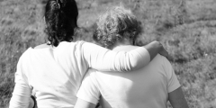 Мать обняла обезумевшую пожилую женщину, которая насмерть сбила её 3-летнего сына. Чтобы утешить