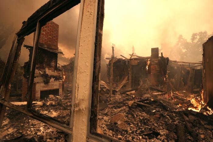 Остатки дома, разрушенного пожаром в Санта-Розе