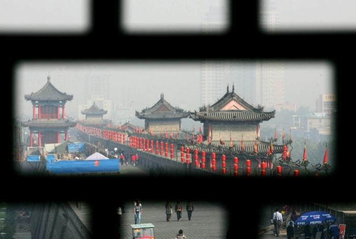 Туристы на городской стене династии Минь в Сиане
