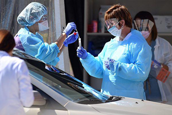 Медицинские сотрудники Kaiser Permanente проводят тестирование пациента на COVID-19 в Сан-Франциско
