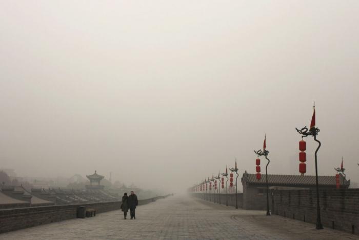 Туристы гуляют по Сианю, не смотря на смог