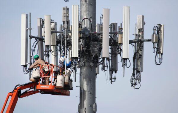 Бригада работает на вышке сотовой связи в штате Юта, США