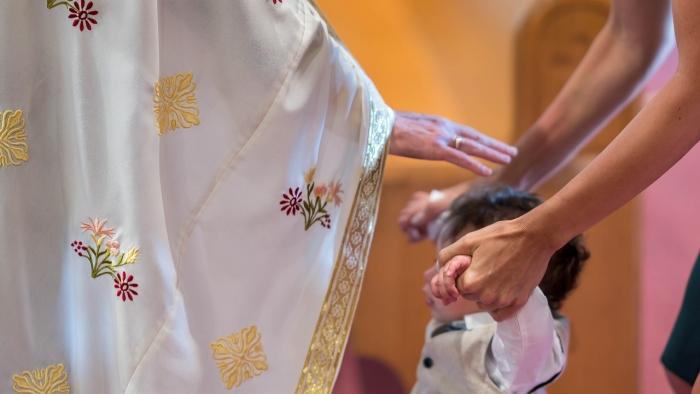 (Видео) Благословить ребёнка — не такое простое дело! Священник едва сдерживает смех