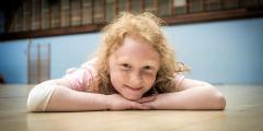 Успехи 8-летней гимнастки ставят в тупик судей на соревнованиях. Ведь у неё нет ног!