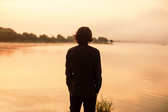 парень смотрит на закат