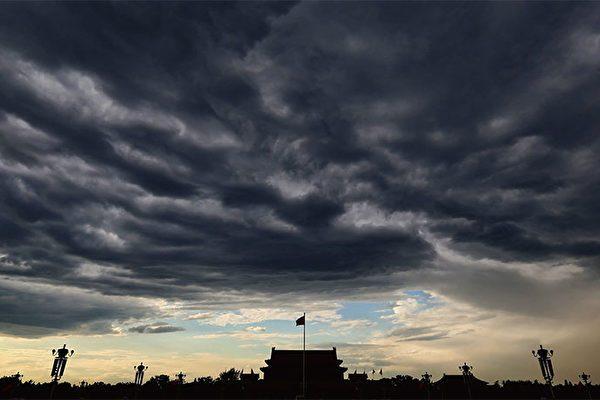 Небо затянуто тучами над площадью Тяньаньмэнь в Пекине