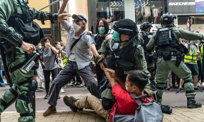 Схватка сторонников демократии с полицейским спецназом во время митинга в Гонконге