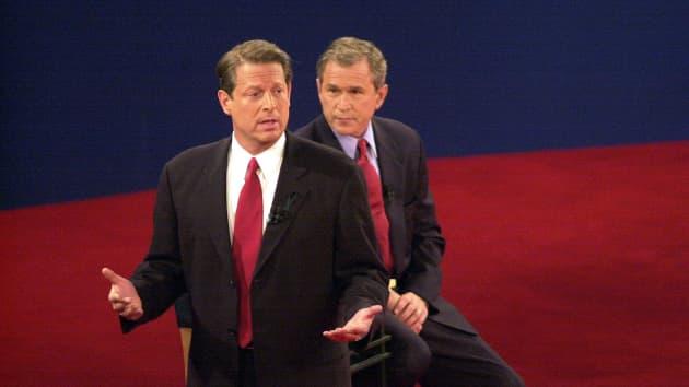 Кандидат в президенты от Демократической партии вице-президент Альберт Гор и кандидат от Республиканской партии губернатор Техаса Джордж Буш