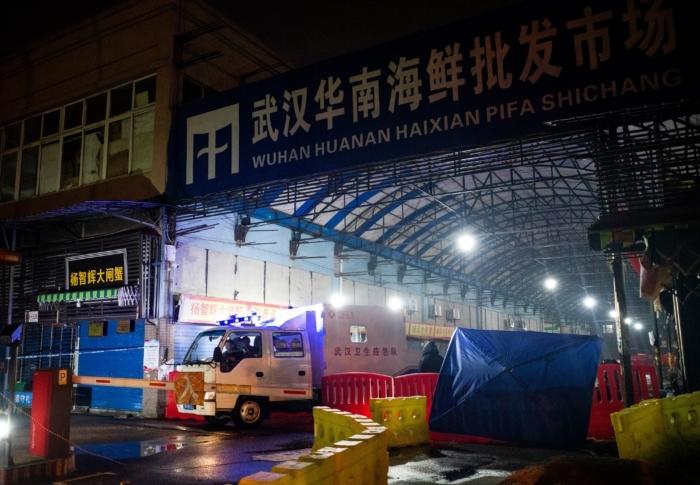 Группа по реагированию на чрезвычайные ситуации покидает закрытый оптовый рынок «Хуанань», город Ухань, провинция Хубэй, 11 января 2020 года