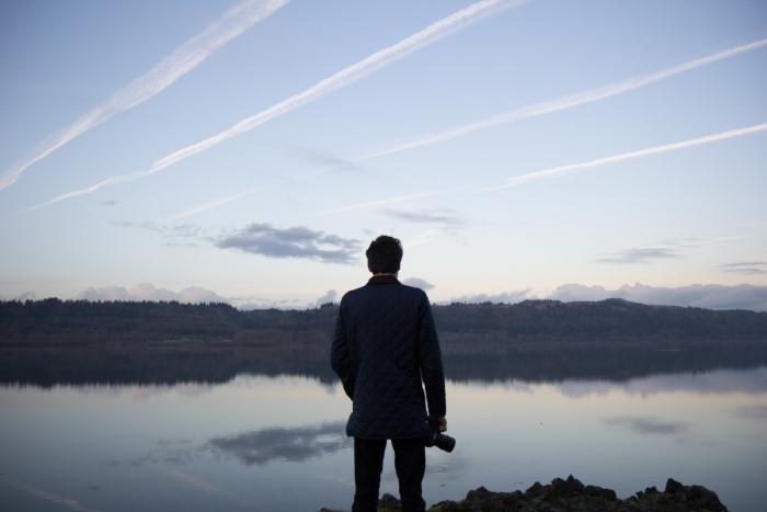 мужчина смотрит на озеро