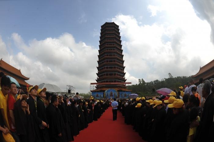 Монахи и горожане проводят церемонию благословения возле буддийской пагоды в храме Цзиньшань, Китай