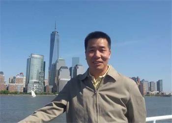 Практикующий Фалуньгун Сюй Юнцин во время визита в Нью-Йорк