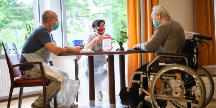 Двое родственников навещают мать в центре для престарелых AWO
