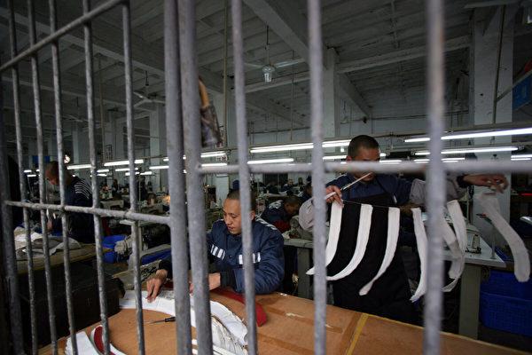 Заключенные работают в швейной мастерской в тюрьме в городе Чунцин, Китай