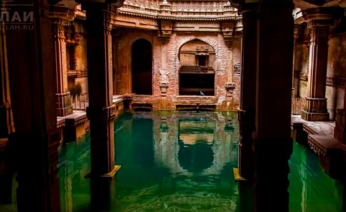 Ступенчатые колодцы: вода в Адаладжском колодце