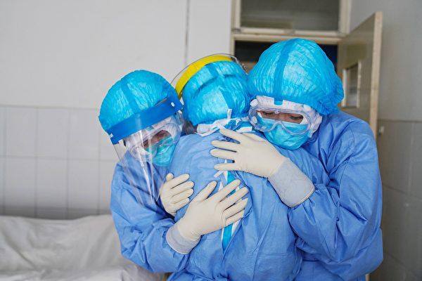Медицинские работники в больнице города Цзоупин провинции Шаньдун, 28 января 2020 год